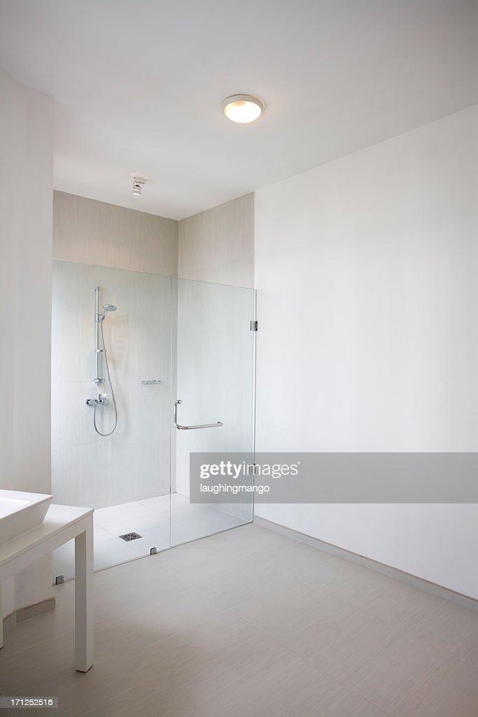 Douche De La Salle De Bains Moderne Blanc Photo - Getty Images