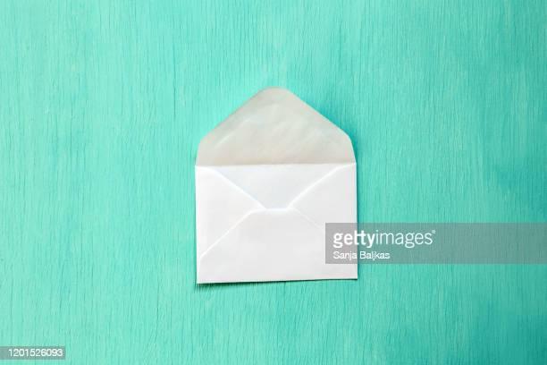 empty white envelope on turquoise background - responder imagens e fotografias de stock