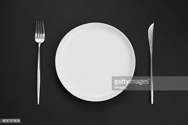 empty white plate with eating utensil - prato - fotografias e filmes do acervo