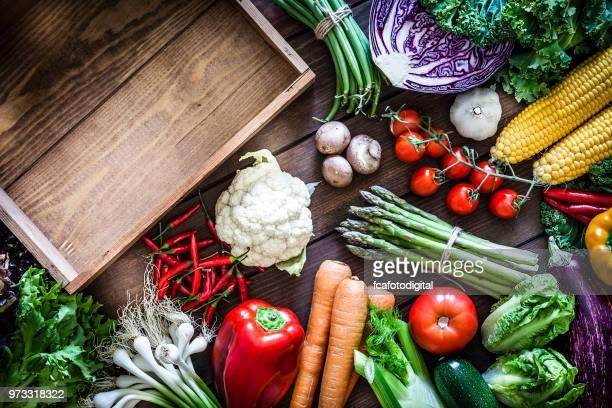 légumes et caisse en bois vide - à profusion photos et images de collection