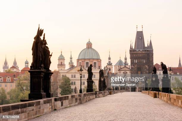 emtpy charles bridge with no people early in the morning, prague, czech republic - prag stock-fotos und bilder