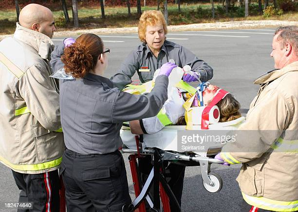 EMTs Resuscitating einem Unfall Opfer
