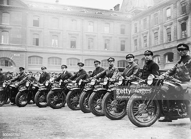 En 1928 annee de la creation officelle de la brigade motocycliste les motards policiers posent pour les photographes sur des motos Dresch a Paris...