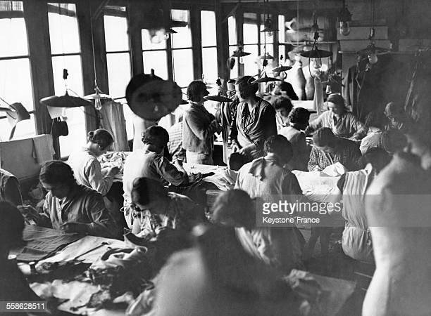 En 1933 dans la maison de couture Chanel à Paris France les couturières confectionnent et assemblent les pièces de vêtements de la prochaine...