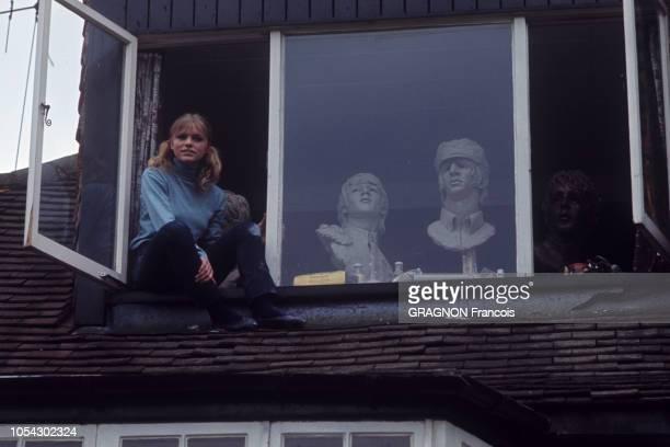 En 1966 Londres attire tous les regards sa culture jeune et sa mode d'avantgarde font de la ville une swinging city Les jeunes gens modernes marquent...