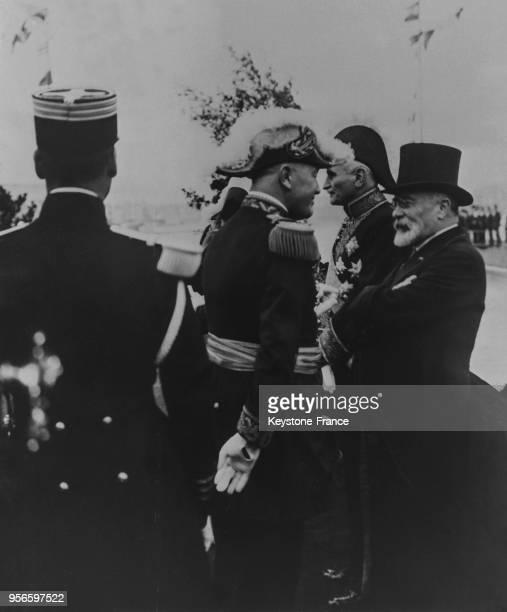 En attendant l'arrivée du roi Alexandre Louis Barthou s'entretient avec Monsieur Spalaïkovitch ministre yougoslave et le général Georges quelques...