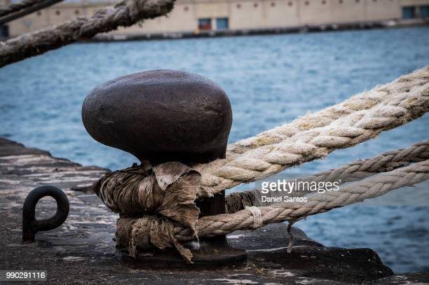 en el muelle - bollard stock photos and pictures