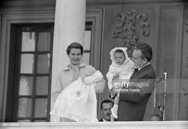 En faut du grand escalier de marbre du Palais la Princesse Grace tenant dans ses bras le Prince Albert à ses côtés le Prince Rainier porte dans ses...