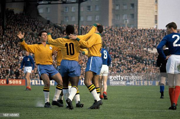 Pele In The Soccer Match France Brazil 1963 En France à Colombes le 28 avril 1963 au stade olympique YvesduManoir lors du match de football amical...