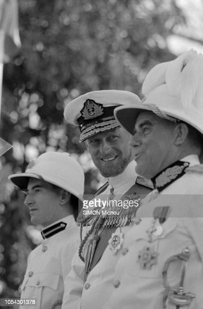 En février 1957 le prince PHILIP D'EDIMBOURG termine son périple de quatre mois à bord du yacht royal Britannia Ici en discussion avec un militaire...