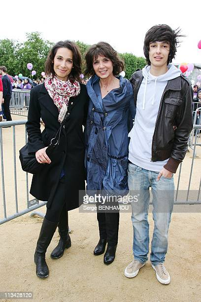 'En Marche Contre La Leucemie' With The Association Laurette Fugain In Paris France On May 17 2009 Stephanie Fugain surrounded by her children Marie...