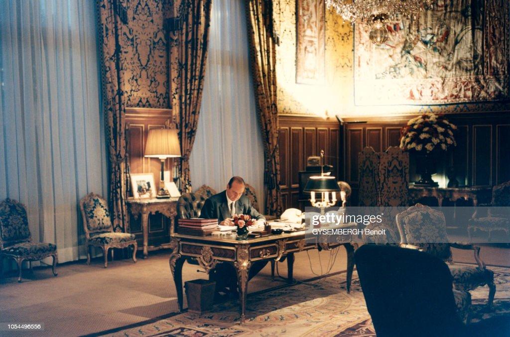 La maire de paris anne hidalgo dans son bureau de l hôtel de ville