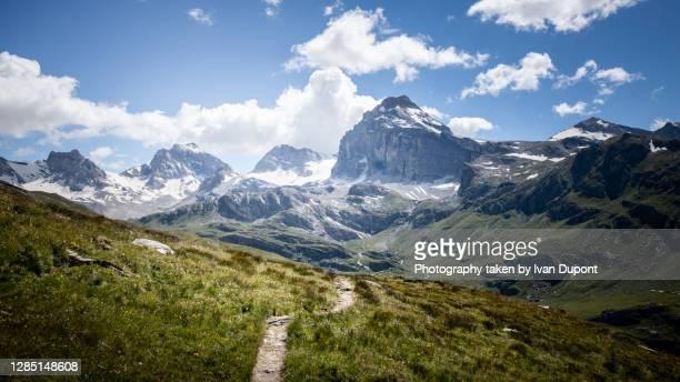 en suivant le chemin de randonnée dans le parc national du gran paradiso - parco nazionale del gran paradiso foto e immagini stock