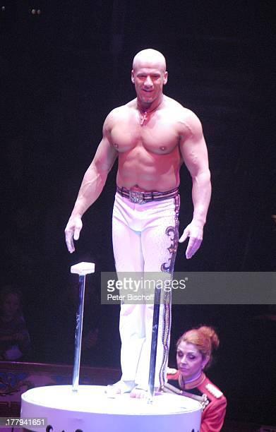 Encho Keryazov ZirkusVorstellung vom Circus Roncalli Bremen Deutschland Europa Manage Zelt freier Oberkörper muskulös Stange Akrobatik Artist