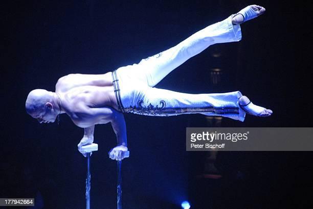 Encho Keryazov ZirkusVorstellung vom Circus Roncalli Bremen Deutschland Europa Manage Zelt freier Oberkörper muskulös Stange Handstand Akrobatik...