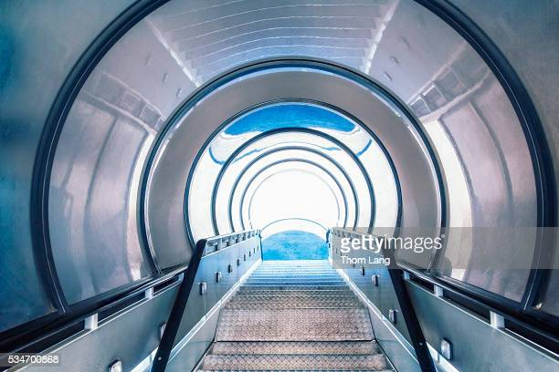 enclosed jet stairway - passenger boarding bridge stock pictures, royalty-free photos & images