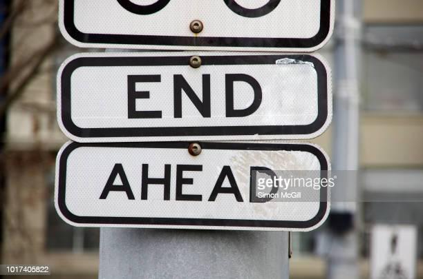 'end ahead' sign - doomsday clock stockfoto's en -beelden