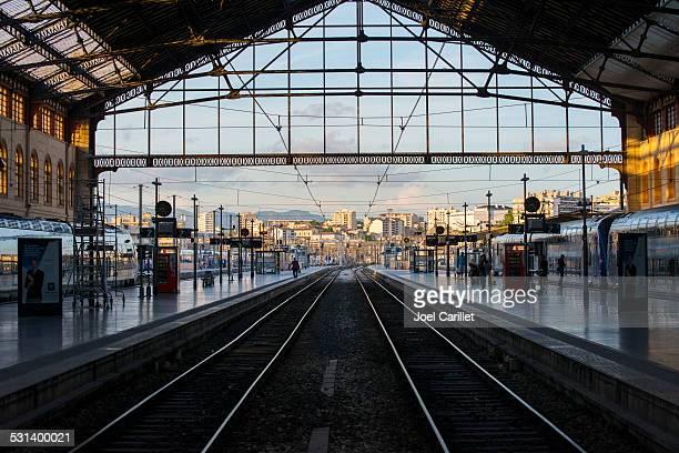 fin de la musique à l'intérieur de la gare ferroviaire de marseille, france - marseille photos et images de collection