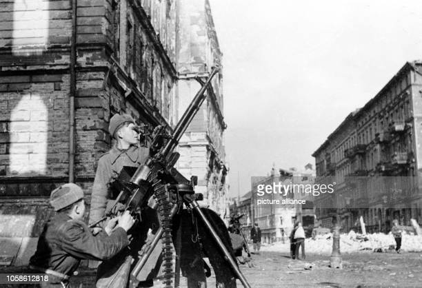 End of the war 1945 Advance of the Red Army in the streets of Berlin April 1945 Photo Berliner Verlag / Archive