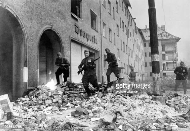 End of the war in Berlin 1945 Advance of the Red Army in the streets of Berlin April 1945 Photo Berliner Verlag / Archive
