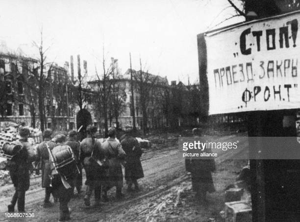 End of the war in Berlin 1945 - Soviet soldiers walk past a sign reading 'Stop! Passage locked - Front' in Berlin, April 1945. Photo: Berliner Verlag...