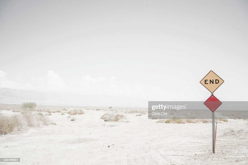 End road sign on remote dirt road : Foto stock