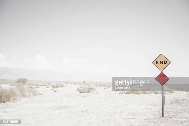 end road sign on remote dirt road - finale stockfoto's en -beelden