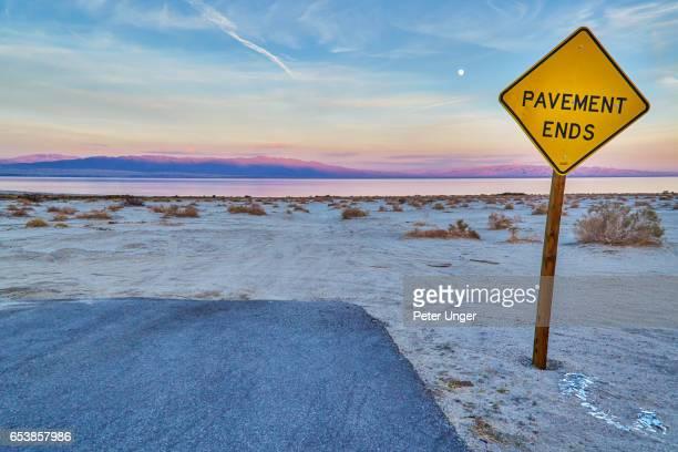 end sign at the salton sea,california,usa - finale foto e immagini stock