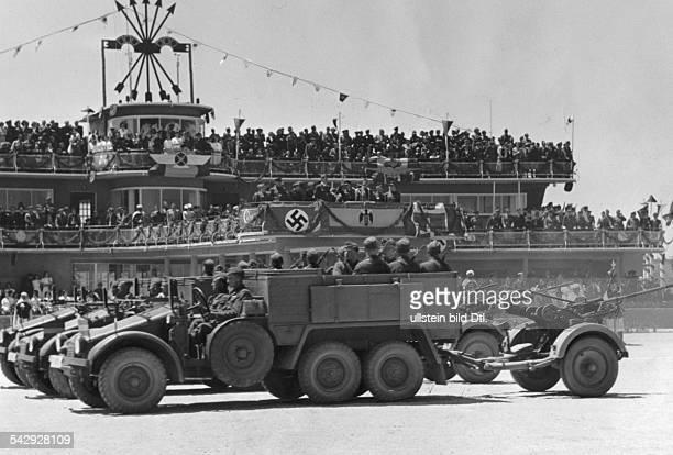 Ende Buergerkrieg Legion Condor Siegesparade nach dem Einmarsch in Madrid Auf dem Flughafen Barajas bei Madrid paradieren deutsche und italienische...