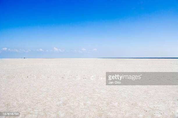 endlose sandstrände und den horizont - sankt peter ording stock-fotos und bilder