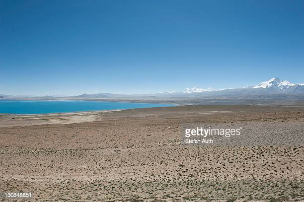 endless wide landscape, lake pelku tso, high-level, behind mt. shishapangma, himalayan, central tibet, u-tsang, tibet autonomous region, people's republic of china, asia - scarce stock pictures, royalty-free photos & images