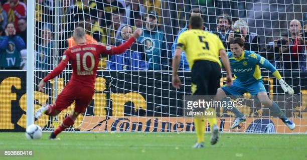 Endspiel Saison 2011/2012 FUSSBALL DFB Borussia Dortmund FC Bayern Muenchen 1 von Arjen Robben gegen Torwart Roman Weidenfeller