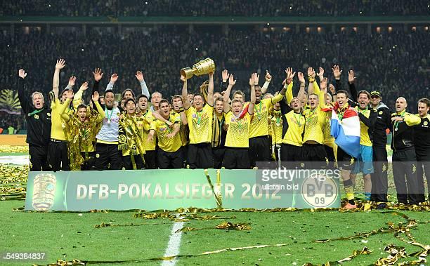 Endspiel Saison 2011/2012 Fussball Saison 20112012 DFBPokal Finale in Berlin 2012 Borussia Dortmund FC Bayern München 52 Die BVB Spieler feiern den...