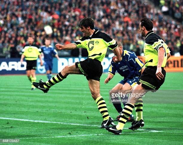 Endspiel um den Europapokal der Landesmeister in München Borussia Dortmund Juventus Turin 31 Karlheinz Riedle erzielt den Treffer zum 10 rechts...