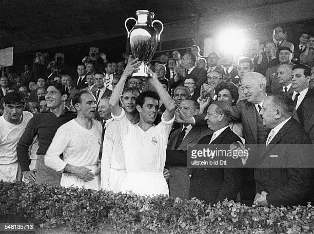 Endspiel um den Pokal der Landesmeister vor 70000 Zuschauern im Neckarstadion in Stuttgart Real Madrid Stade Reims 20 Siegerehrung Der...