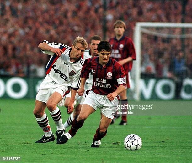 Endspiel um den UEFAPokal Rückspiel im ausverkauften 'Parc Lescure' Girondins Bordeaux FC Bayern München 13 Zweikampf zwischen Jürgen Klinsmann und...