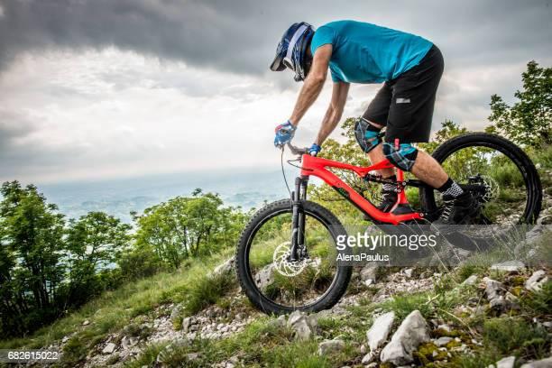 Enduro-All Mountain E-Bike-Fahrer - Adrenalin MTB Trail über der Stadt