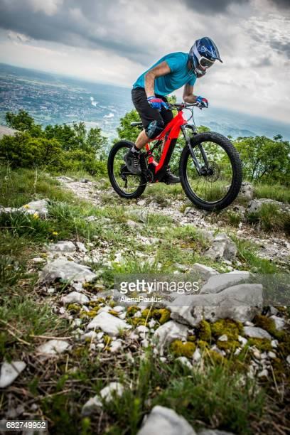 Enduro All Mountain E fiets rider - adrenaline MTB trail boven de stad