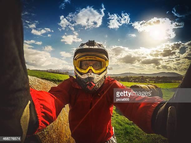 Enduro Motocross rider a tirar uma selfie