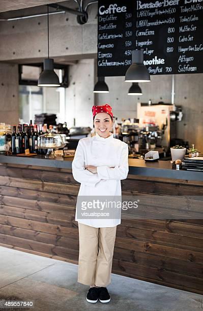 エネルギッシュな女性シェフ、マネージングレストラン