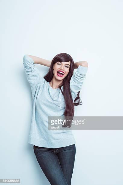 Dynamiques jeunes cheveux longs femme soulevant son bras, Portrait en Studio