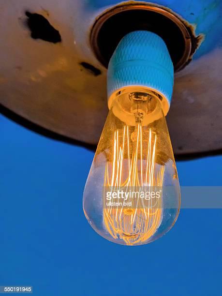 Energiesparlampe Symbolfoto für Energiesparen Ökologie Umweltschutz Glühfaden einer Glühbrine