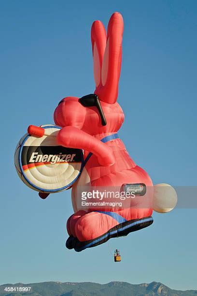 eccitatore bunny mongolfiera all'alba - coniglietto foto e immagini stock