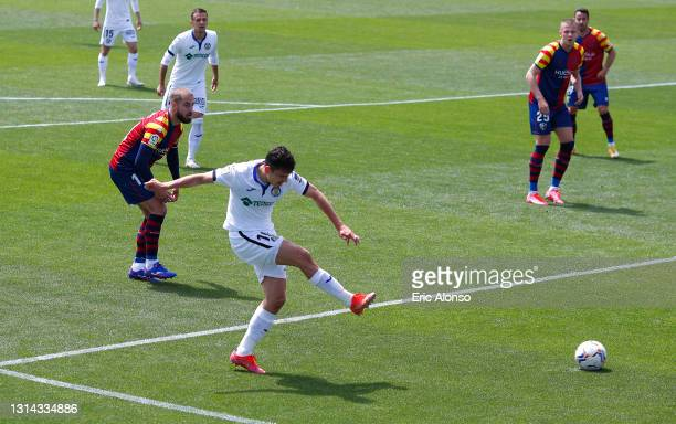 Enes Uenal of Getafe CF scores their side's first goal during the La Liga Santander match between SD Huesca and Getafe CF at Estadio El Alcoraz on...