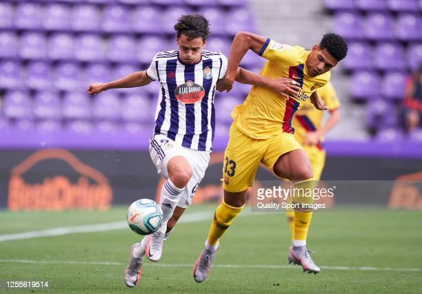 Enes Unal of Real Valladolid competes for the ball with Ronald Araujo of FC Barcelona during the Liga match between Real Valladolid CF and FC...