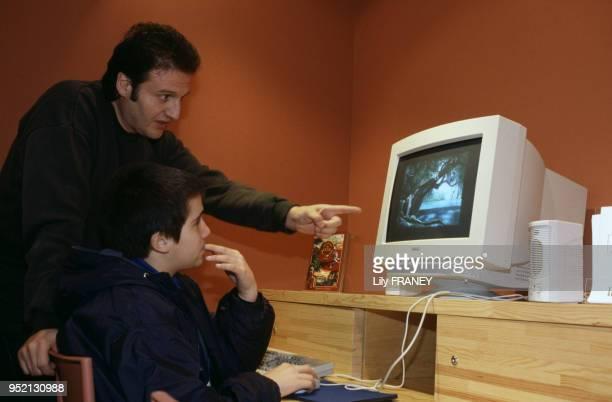Enfant apprenant à utiliser un ordinateur dans la bibliothèque de Gentilly en 1996 dans le ValdeMarne France