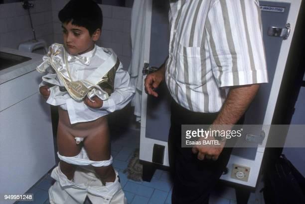 Enfant après sa circoncision à Istanbul en décembre 1995 Turquie