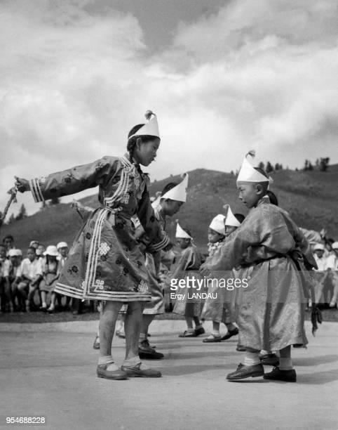 Enfant dansant dans une fête en Mongolie