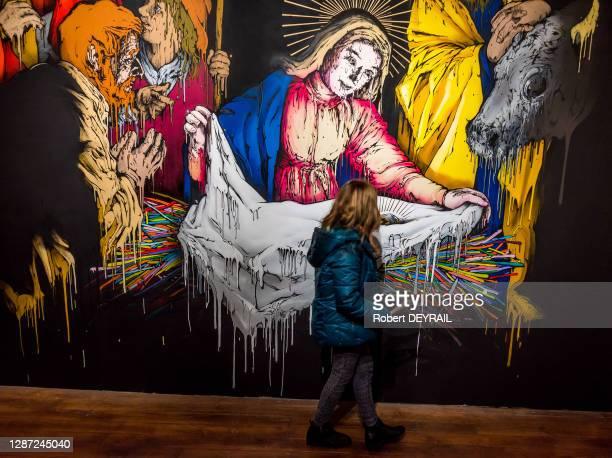 """Enfant devant l'oeuvre de Brusk """"La naissance du Christ"""" exposée dans l'ancienne chapelle, musée de Fourvière, 11 novembre 2017, Lyon, France."""