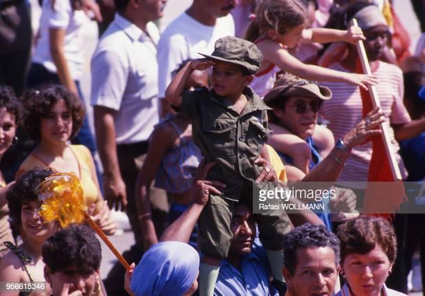 Enfant déguisé en Fidel Castro lors de la fête du travail le 1er mai 1987, à la Havane, Cuba.